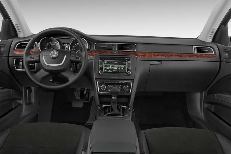 skoda-superb-limousine-2010-innen-cockpit